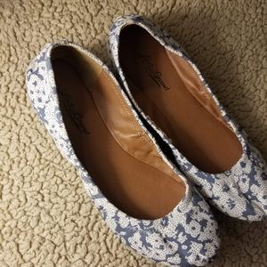NEW! Lucky Brand Blue & White Floral size 6 Flats